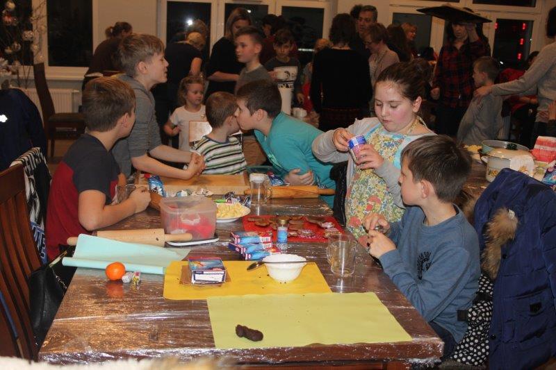 Wypiekanie pierników w Wiejskim Domu Kultury w Borui Kościelnej